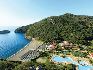 One bedroom Apartment, sleeps 5 with Pool, FREE WiFi and Walk to Beach & Shops