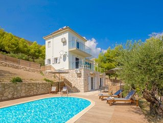 3 bedroom Villa, sleeps 9 with Pool, Air Con and FREE WiFi