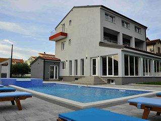 Villa Istriatica,  Haus fur 18+2 Personen, 200 m von Strand, Pool, Jacuzzi, Saun