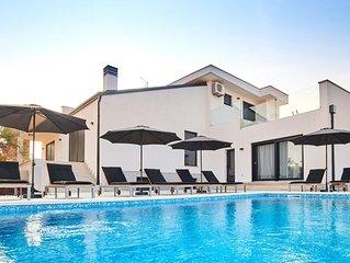 Unwiderstehliche Villa mit großem Pool, Billard, Kicker, Darts und das mitten im