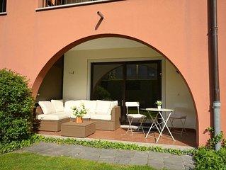 Stylische Gartenwohnung ideal für Paare mit Gemeinschaftspool und Liegewiese