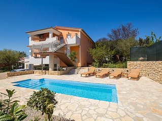 Spacious new apartment - balcony sea view, swimming pool, private parking, quiet