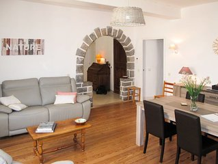2 bedroom Apartment, sleeps 4 with Air Con, FREE WiFi and Walk to Shops