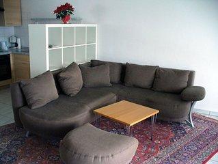 Ferienwohnung 57 qm, Wohnzimmer mit integrierter Küche, Badezimmer mit Dusche un