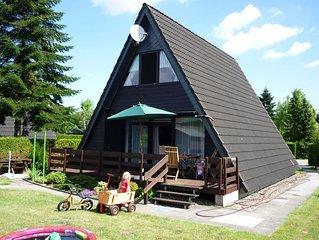 freistehendes Nurdachhaus mit Terrasse und Garten im Ferienpark