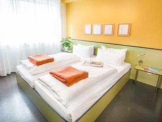 Modernes Doppelzimmer mit Badezimmer und WLAN
