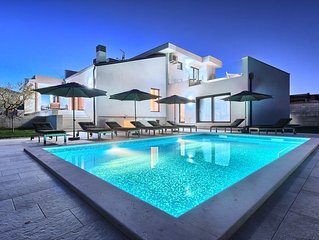 Brandneue moderne Villa mit Pool nahe Buje