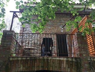 Chambre et terrasse, avec vue sur le jardin. Elle peut se jumeler avec le gite.