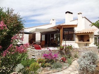 Villa au calme avec jardin et piscine proche de la mer.