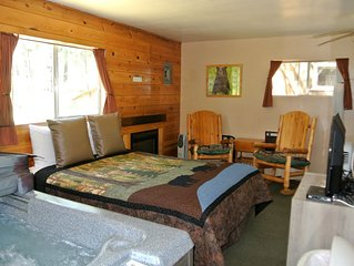 CABIN #4 - BEAR CLAW (JACUZZI & FIREPLACE)
