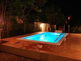 eigenes Ferienhaus mit Pool für 7 150 m vom Strand, im Stadtzentrum