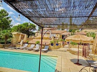 Studio/Suite (2pers.) décoré avec goût, grande terrasse, accès piscine. Au calme