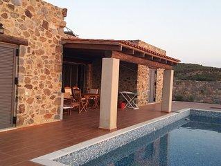 Magnifique villa en pierre, 2 chambres, 4 couchages, piscine, à 500 m de la mer