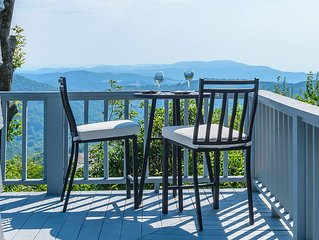 Mountain Chic Cottage with Panoramic Views, Hot Tub, Pool Table, on top of App S