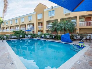 CLOSE TO THE AIRPORT AND MALLS! COMFY UNIT, POOL