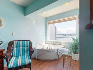 New listing! Bayfront studio w/ jetted tub, fireplace & balcony - near the beach