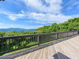 On Top of Beech Mountain with Panoramic Views, Hot Tub, King Suite, Jetted Tub,