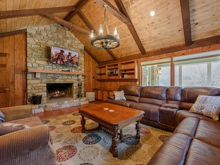 9BR Upscale Mountain Lodge, Views, Hot Tub, Fire Pit, Theatre Room, Game Room, B