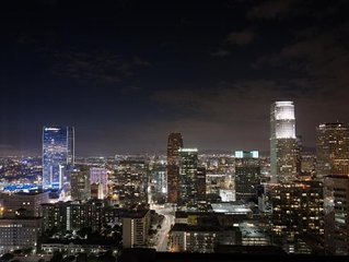 DTLA Gem! Elegant 1BR Suite, Pool and Hot Tub, BBQ, Sauna. Walk to Attractions