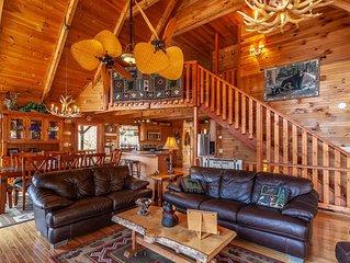 3BR Pristine Mountain Cabin, Views, Pet Friendly, Pool Table, Hot Tub, & Firepit