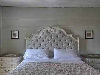 Charlevoix House - B&B - Floral Room with a King Sized Bed in a Bed & Breakfast