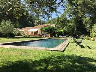 Villa 8 personnes entourée d'un jardin arboré. Piscine 14x4. Studio. Très calme.