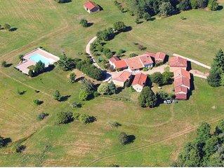 Tout un hameau pour vous seul ! 3 gites,classé 4**** salle de jeu,piscine privée