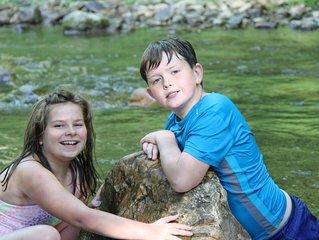 KIDS LOVE THE CREEK! LAKE 1 MILE AWAY CREEK FRONT, FIRE PIT & POOL TABLE.