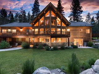 Beautiful Secluded Log Home 5 minutes from town.