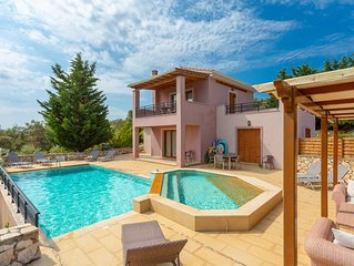 Villa Kyknos: Large Private Pool, Walk to Beach, Sea Views, A/C, WiFi, Car Not R