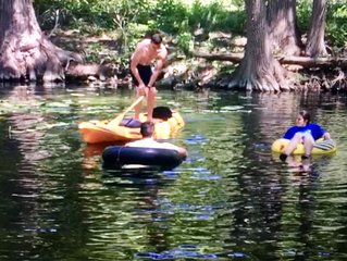DEEP Frio River, Pool Table, Ping Pong, Volleyball, Pets OK, River Views!