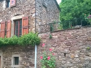 maison individuelle avec jardin attenant , dans petit village entouré de forets.