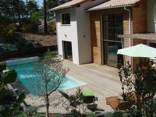 Villa haut de gamme, piscine chauffée au coeur forêt de pins, sur golf.