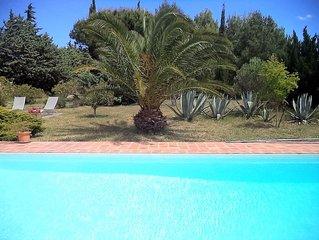 Ancienne bergerie avec piscine, au milieu des pins, pres de la mer.