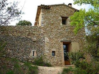 Vacances dans un authentique petit maset en pierres seches dans la garrigue