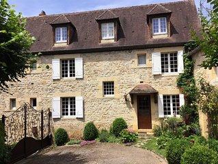 Maison traditionnelle en pierre, situe dans le bourg du village medieval