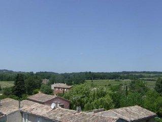 Gite En Campagne Climatisee avec wifi et Terrasse ombragee face Au Luberon