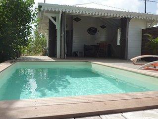Deux bungalows nichés dans un jardin tropical avec piscines privées et vue mer