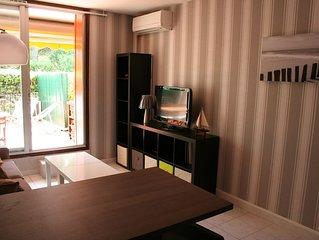 T2, chambre séparée,  terrasse, 7 mn mer, parking privé. Clim.