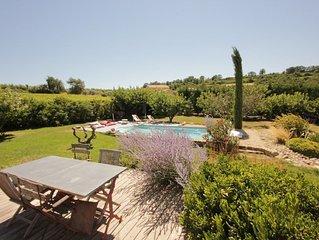 Villa en campagne avec vue imprenable et piscine privative.