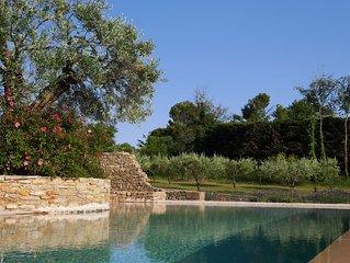 Mas de village, partie d'une grande propriété plantée d'oliviers centenaires