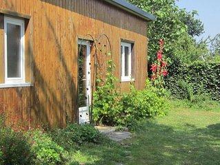 bungalow en bois dans un jardin bucolique