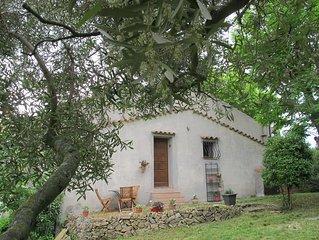 Petite maison individuelle placée dans un écrin de verdure, au calme.
