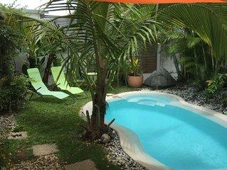 Villa Sud Sauvage avec piscine-jacuzzi et terrasse, cuisine et salon extérieurs