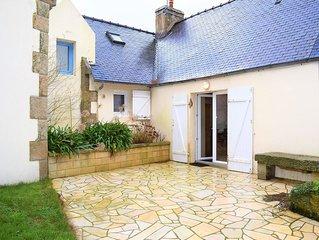 Maison bretonne avec une jolie cour fermee et fleurie avec WIFI a TREBEURDEN
