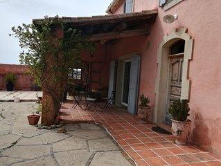 Maison de caractere provencal, au milieu des vignes.