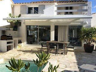 CAMARGUE : Maison dans le village, avec piscine privee, a 200 m de la plage