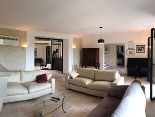 Villa provençale avec ses grands pins et sa piscine