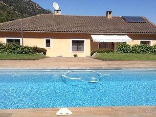 Villa avec piscine calme et détente assurés vue panoramique sur les montagnes