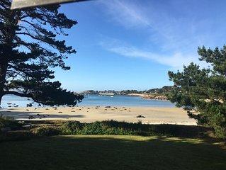 Situation exceptionnelle directement sur la plage, grand jardin et vue mer